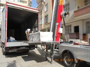 Adana evden eve taşımacılık vinçten paketlenmiş koltuk indiriliyor